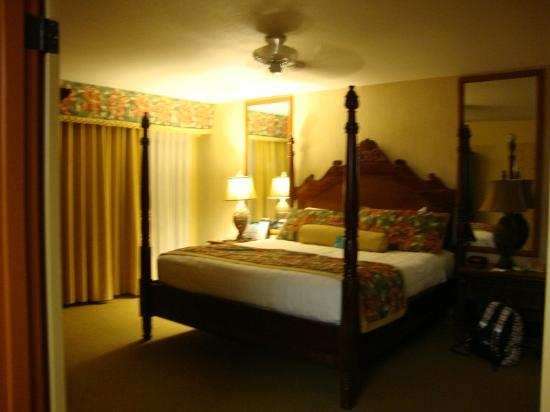 Kauai Coast Resort at the Beachboy: Master bedroom- king bed