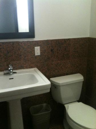Royal Park Hotel: sink and commode