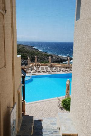 Giorgi's Blue Apartments: View of the sea and pool from the apartment area