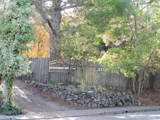 Guest House Bed and Breakfast: Entry Gate from the street