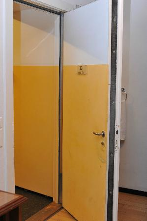 Jailhotel Loewengraben: Room door in Directors suite
