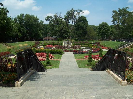Phillips Park Zoo: The sunken garden