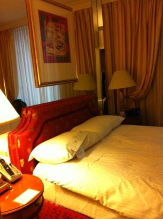 Executive Hotel Le Soleil: Bed
