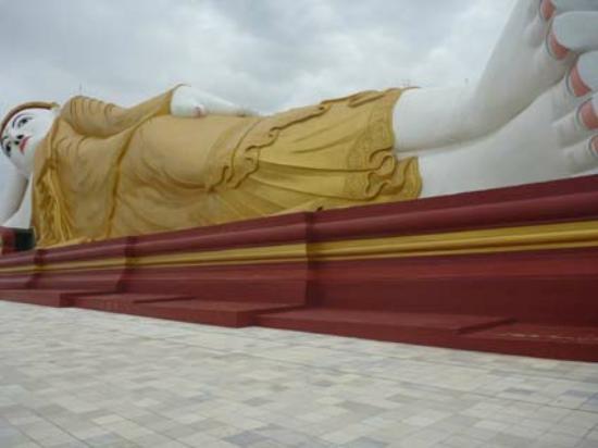 Bodhi Tataung: le grand Bouddha couché