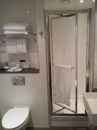 DoubleTree by Hilton Hotel London -Tower of London: King Executive bathroom