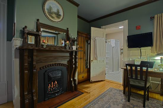 Ash Street Inn: Room 205 - First floor room with queen bed and gas fireplace w/remote control.  Northern exposur