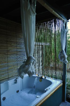 Belladonna Cottage: Private outdoor jacuzzi