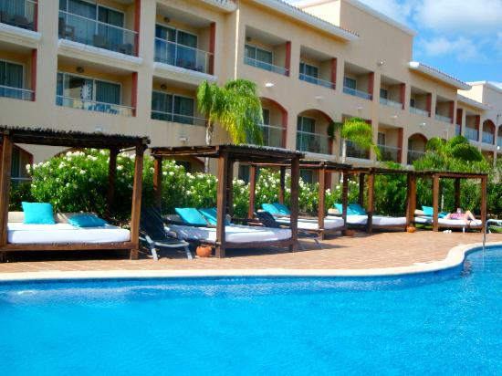 Sandos Playacar Beach Resort: Camastros en el sector Adultos