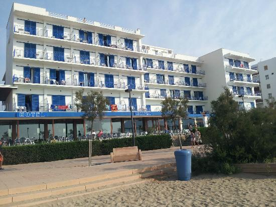 Hotel Marian Platja : View of hotel from Roses beach