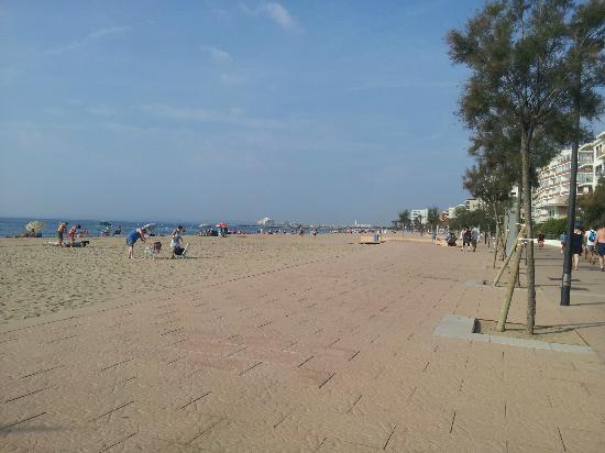 Hotel Marian Platja: Beach opposite hotel looking South