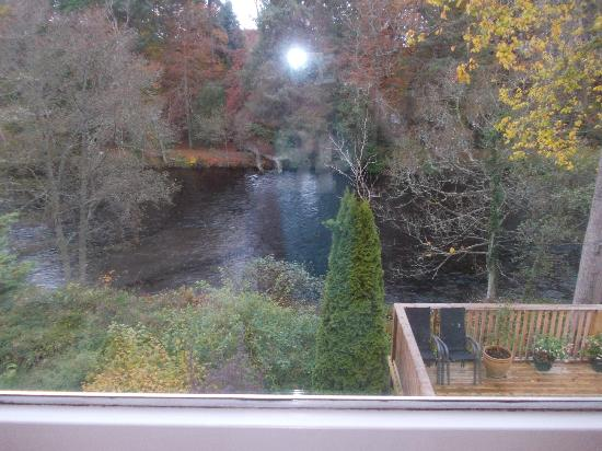Ghillies Lodge: River Ness floating by - what a treat!