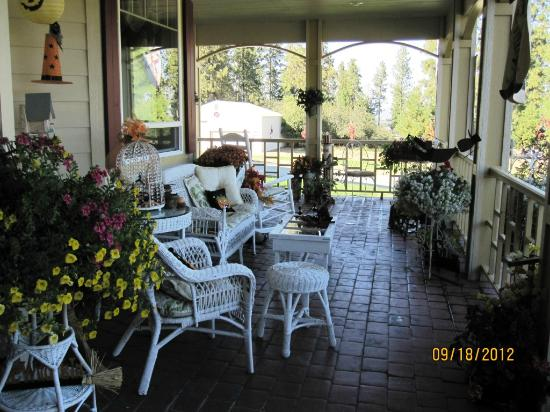 American Country Bed and Breakfast: porch area
