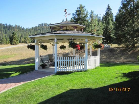 Aspen Meadows Bed & Breakfast: Gazebo with firepit