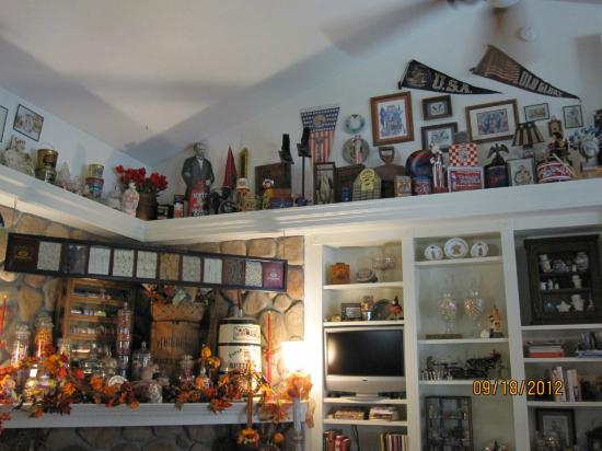 Aspen Meadows Bed & Breakfast: Collectibles dustless!