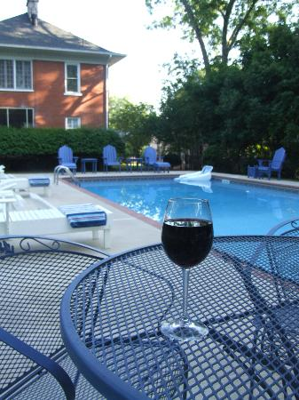Casa Bella Bed and Breakfast: Our refreshing saline pool
