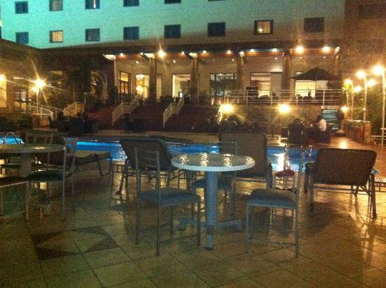 Holiday Inn Accra Airport: beautiful poolside area