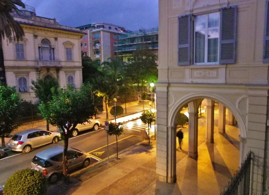 Hotel Stella del Mare: Vue sur la rue!