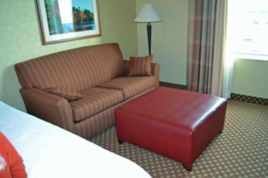 Hilton Garden Inn Ottawa Airport: double sofa bed and large ottoman