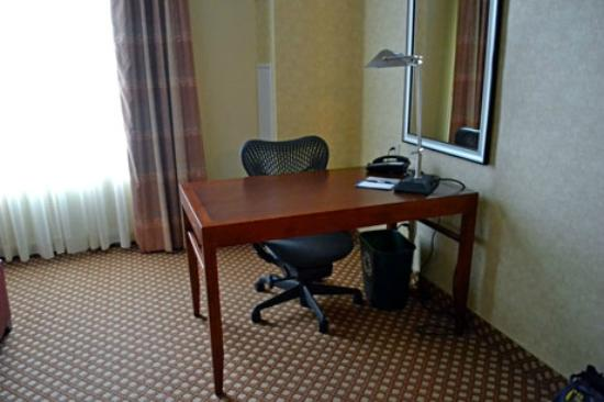 Hilton Garden Inn Ottawa Airport: very comfortable desk...wrote my Christmas cards there while everyone slept