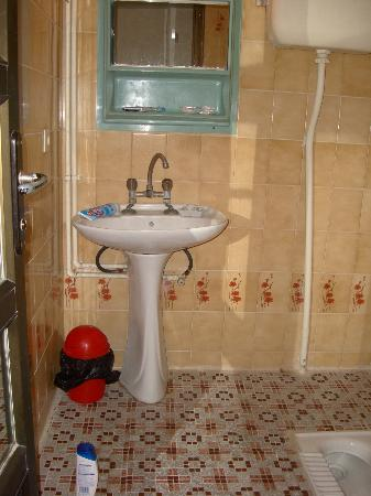 Razi Hotel: bathroom
