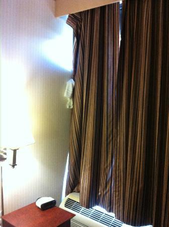 Howard Johnson Inn Queens: Towel holding curtain up