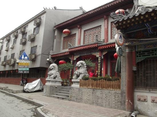 Shuyuan Youth Hostel: out the front of the hotel
