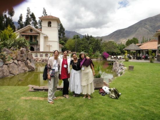 Aranwa Sacred Valley Hotel & Wellness: Jardines, iglesia y laguitos en el hotel
