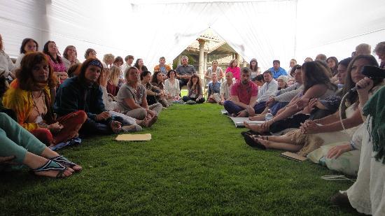 Aranwa Sacred Valley Hotel & Wellness: Reunion del grupo en el jardin