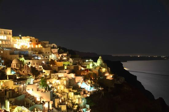 Galaxy Suites & Spa: Fira at night