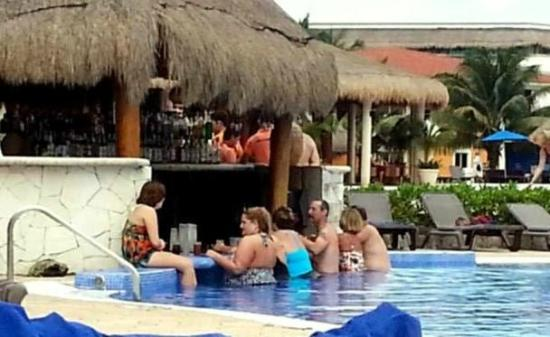 Ocean Maya Royale: Swim up bar was the place to be during the day with Rafael, Tibu and Jacob!