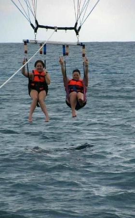 Ocean Maya Royale : Taylor and Brandi parasailing trip #1