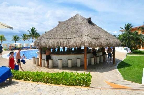 Ocean Maya Royale: Pool bar!!!