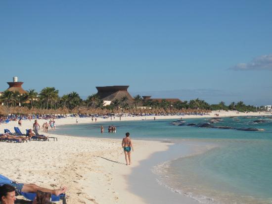 Luxury Bahia Principe Sian Ka'an Don Pablo Collection: la plage avec ses gros sacs de sable pour stopper les vagues