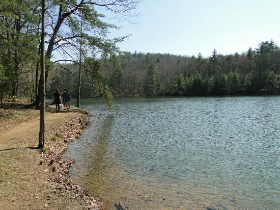 Fort Mountain State Park: stroll by the lake