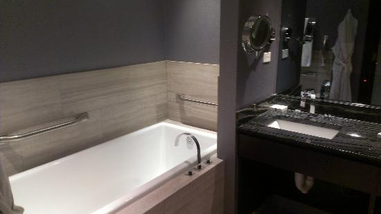 Ivy Boutique Hotel: tub and vanity