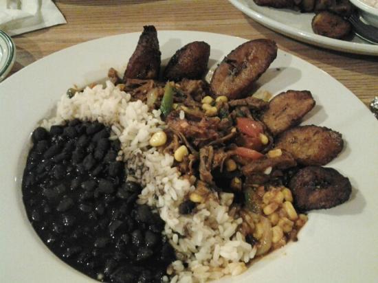 Arlington, OH: Ropa vieja, frijoles negros y arroz blanco