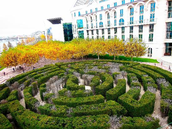 Palast der Künste (Művészetek Palotája): The Maze
