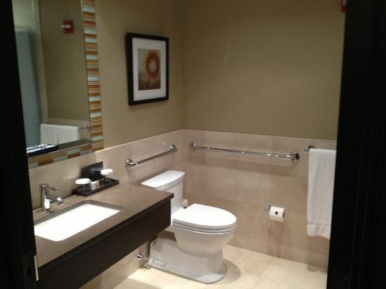 The Pearl Hotel: large bathroom