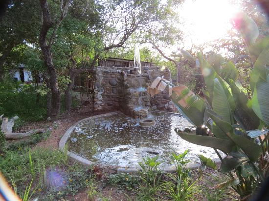 Tremisana Game Lodge: Fountain by the entrance