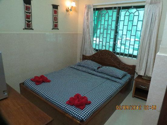 Mingalar Inn: Queen Bed Room