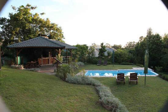 Pumula Lodge: Swimming pool and lapa