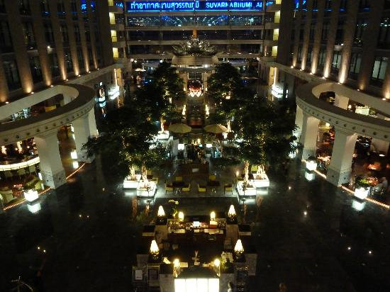Novotel Bangkok Suvarnabhumi Airport: Lobby area at night