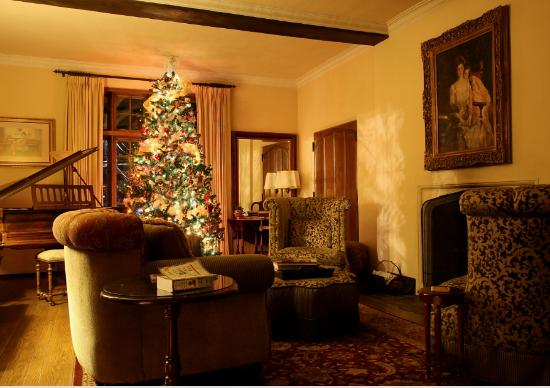 Old Monterey Inn: The living room 'lobby' in Christmas decor
