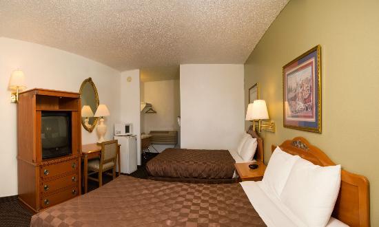 Rodeway Inn & Suites: ROOM WITH 2 QUEEN BEDS