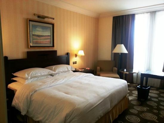 Sheraton Amman Al Nabil Hotel: Kingsize bed