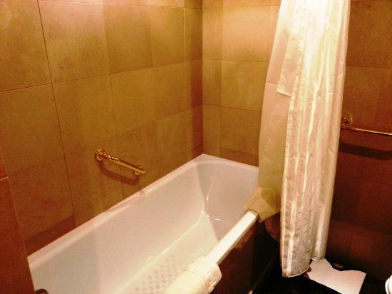 Sheraton Amman Al Nabil Hotel: Bath tub