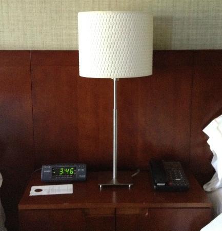 ذا ويستن سان فرانسيسكو إيربورت: lamp betwen beds 