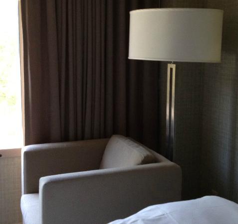 ذا ويستن سان فرانسيسكو إيربورت: lamp by window 