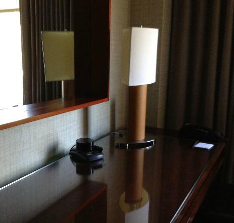 ذا ويستن سان فرانسيسكو إيربورت: lamp on desk 