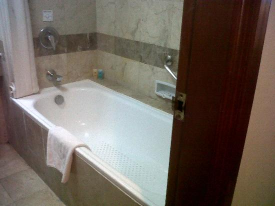 The Sunan Hotel Solo : bathroom